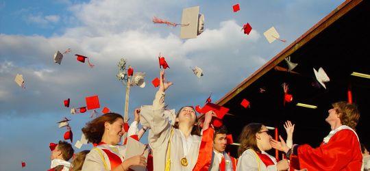 grads tossing hats
