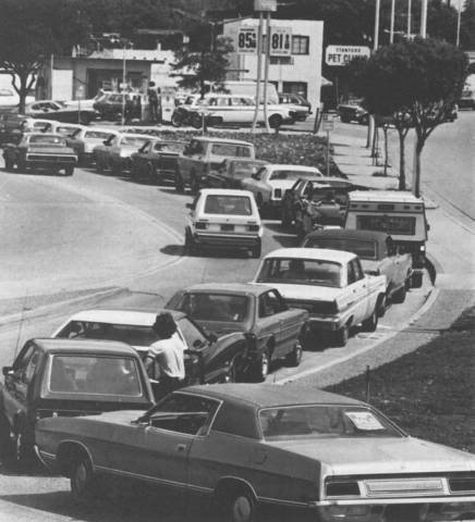 Lines formed at gas stations during the 1973 OPEC oil embargo
