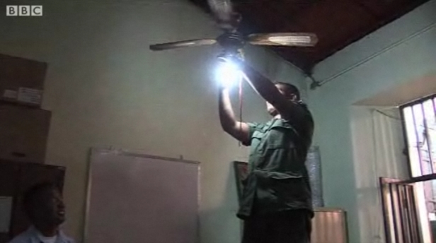 Venezuelan soldier changes the lightbulbs