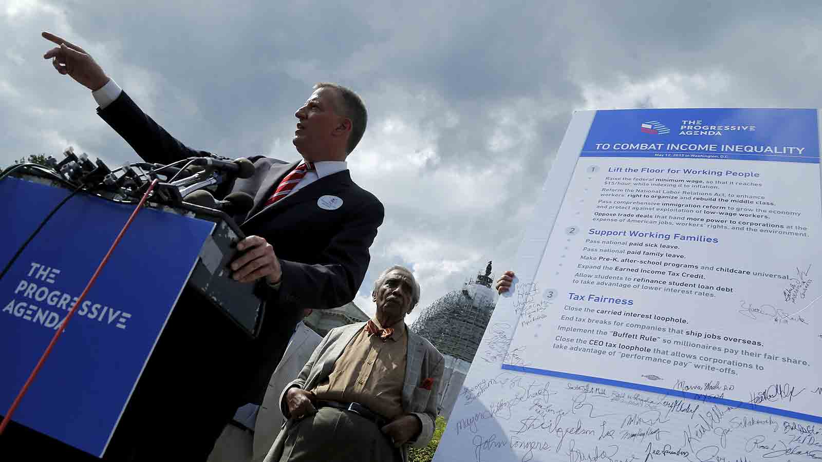 New York City Mayor Bill de Blasio (L) holds a news conference on his progressive agenda against income inequality with labor leaders and elected officials outside the U.S. Capitol in Washington May 12, 2015. Also pictured is U.S. Representative Charlie Rangel (D-NY) (C).