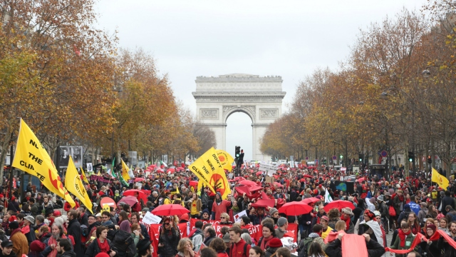 protesters in front of Arc de Triomphe