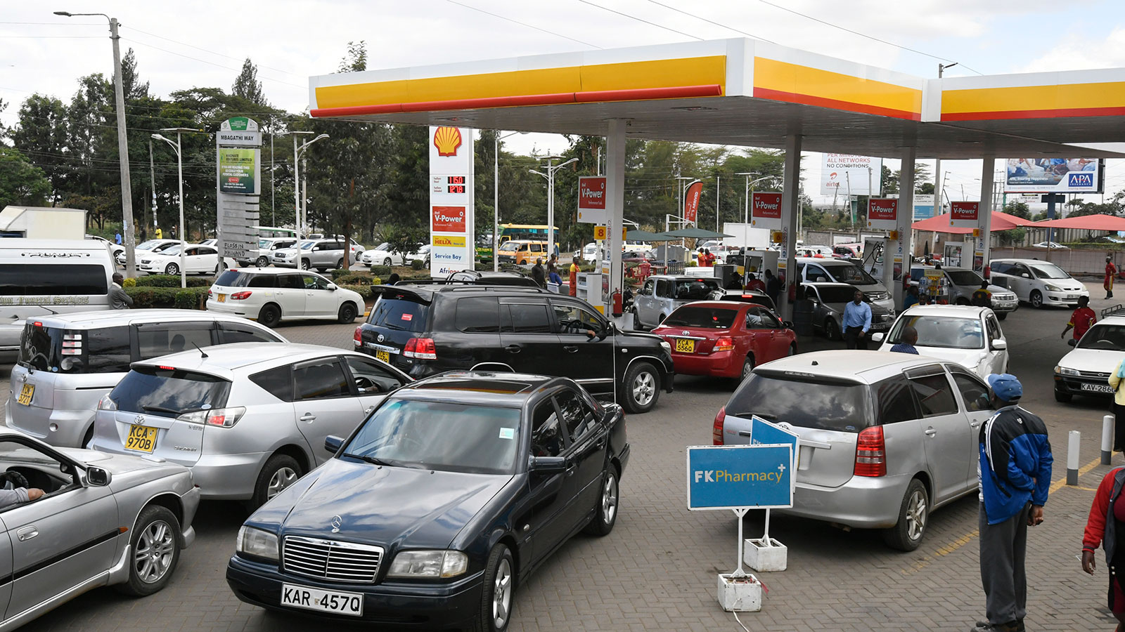 Motorists queue to fuel at a Shell petrol station on September 6, 2018, in Nairobi as a strike called by petroleum transporters protesting against new government tax enters its fourth day.