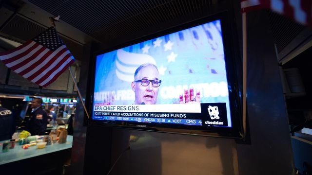 A television displays the news of Scott Pruitt's resignation as head of the EPA.
