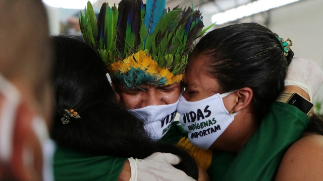 Relatives cry during the funeral of Kokama Chief Messias Martins Moreira, who died of COVID-19