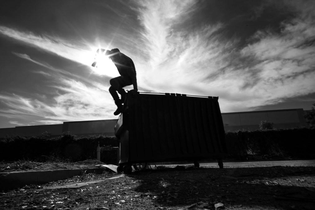یکی از شرکت کنندگان در باغ داوطلبانه جامعه پس از آزاد سازی فضا برای پسماند بیشتر ، هنگامی که او و دیگران زمینی را برای زمین های شهری شهرداری در پشت ساختمان تجاری Hillwood Enterprises پاک می کنند ، از سطل زباله بیرون می رود.