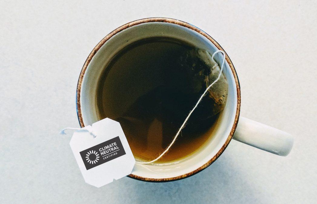 برچسب خنثی آب و هوا روی یک فنجان چای