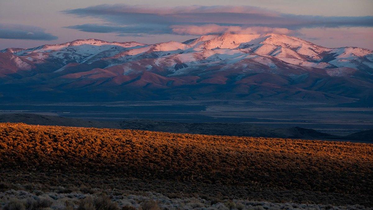 گذرگاه تاکر در غروب آفتاب با کوههای برفی در پس زمینه
