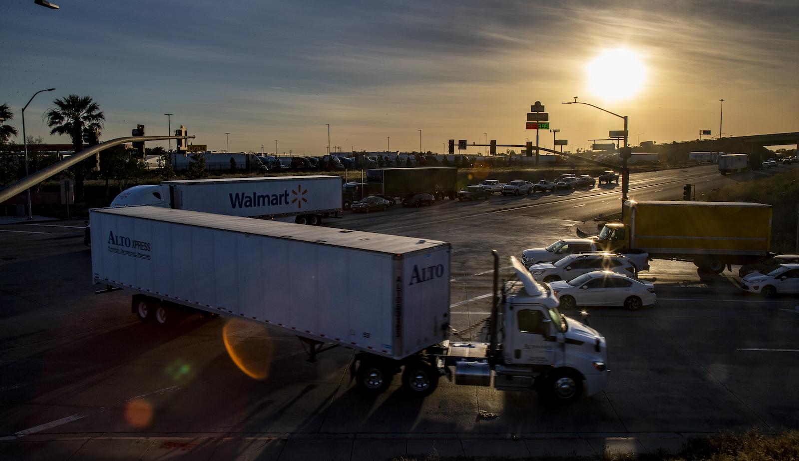 کامیون های دیزلی ترافیک را در تقاطعی در سن برناردینو ، کالیفرنیا افزایش می دهند.
